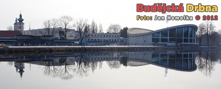 Jarní odlesk plovárny a okolí v řece Vltavě