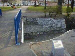Pamětní deska připomíná, že Lorient přispěl na obnovu poničeného mostu v Suchém Vrbném po povodních v roce 2002
