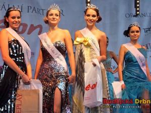 Čtyři oceněné dívky ve finále Maturantky Roku 2012, druhá zleva vítězka Gabriela Fialová ze Zruče nad Sázavou