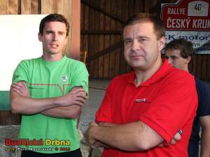 Bývalý ředitel Rallye Český Krumlov Jindřich Kunc (vpravo) s vítězem loňského jubilejního 40. ročníku Janem Kopeckým, továrním jezdcem Škody Motorsport