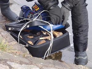 Kufr s kostmi nalezený v Malši u Malého jezu