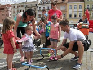 Loňská charitativní stezka se uskutečnila ještě na náměstí Přemysla Otakara II. před finále Maturantky Roku