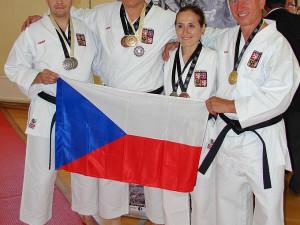 Český reprezentační policejní tým na EPFG 2014 v Bruselu vybojoval osm medailí v karate. Zleva Martin Sláma, Martin Hermann, Monika Vojtová a Jiří Faktor