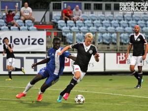 Štěpán Koreš se při své premiéře za Dynamo gólově prosadil (na snímku uniká forčekujícímu Luckassenovi)