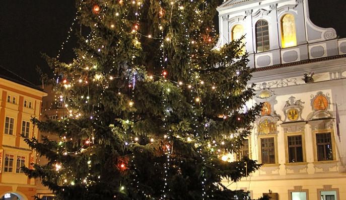 Neznámý vtipálek odpojil žárovky na vánočním stromě