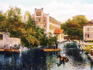 V Mlýnské stoce, tenkrát v době c. k. v Mlýnském potoce, jezdily loďky, plavili se koně a na břehu se bílilo prádlo