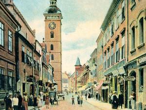 Ulice U Černé věže v pohledu od sadů k náměstí v čase, kdy se za c.k. jmenovala Sterneckova
