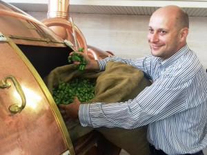 Sezonní pivní specialitu z čerstvého chmele uvařili vpondělí 28. srpna odpoledne v Budějovickém Budvaru.