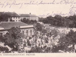 Průvod při Matiční slavnosti před rokem 1908 na Mariánském náměstí a Pražské.