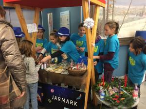 Písečtí školáci vybudovali podnik nazvaný Rukoděla své první výrobky úspěšně prodávali na jarmarku.