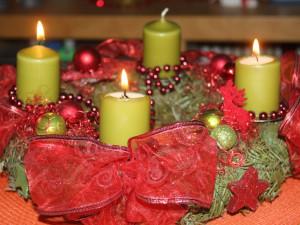 Adventní věnec, hoří třetí svíčka.