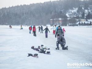 Ledová magistrála na lipenské přehradě ukončila provoz. Kvůli oteplení se na led na řadě míst dostala voda a dráha není bezpečná.
