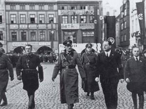 15. března 1939 před budějckou radnicí. Nalevo od generála von Weichse a městského komisaře Friedricha Davida kráčí Hans Westen.