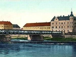 Dlouhý most přes Vltavu sloužící v letech 1880 až 1932.