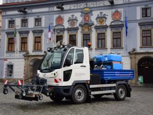 Od pondělí 16. dubna začne vrámci letní údržby komunikací na chodnících v Českých Budějovicích fungovat naprostá novinka, ato parní čistič.