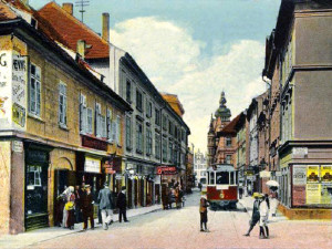 Divadelní ulice ve směru k náměstí, vlevo Velký pivovar.