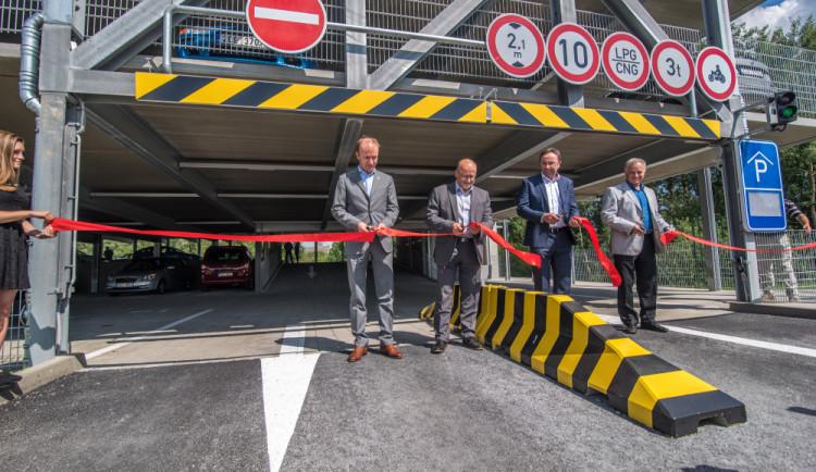 Budějcký Bosch má pětipatrový parkovací dům a začal stavět vývojové centrum