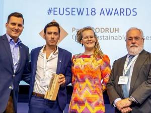 Každý rok uděluje Evropská komise své nejvyšší ocenění, EU Sustainable Energy Awards. Ale poprvé v historii tato významná cena putuje do České republiky. A to díky Jihočechovi Pavlovi Podruhovi (druhý zleva).
