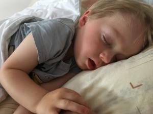 """""""Takový sedmý až devátý den po injekci se můžou objevit teploty a může se i osypat,"""" upozornila maminku Vincíka pediatrička."""