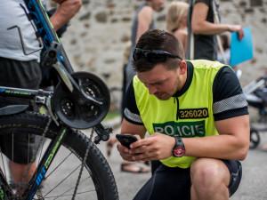 Bezpečně na kole je název dvoudenní krajskédopravně bezpečnostní policejní akce zaměřenéna cyklisty na jihu Čech. Policejní cyklohlídka kontrolovala cyklisty v Českých Budějovicích.