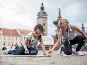 Děti vyrazily ozdobit budějcké náměstí.