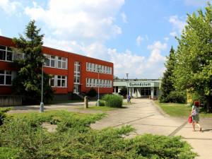 Studenti strakonického gymnázia jsou častými účastníky fyzikálních olympiád. Jejich snahu odměnila Nadace ČEZ částkou na 200 tisíc na vybavení přírodovědných učeben.