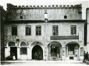 Wortnerův dům v ulici u Černé věže před rokem 1912.