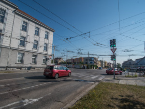 Křižovatka ulice Oskara Nedbala, Jaromíra Boreckého a Husovy třídy v Českých Budějovicích.