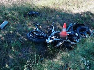 Mezi Hlubokou nad Vltavou a Municemi se dnes, v sobotu 11. srpna, dopoledne čelně srazili dva motorkáři. Oba dva bohužel zemřeli.