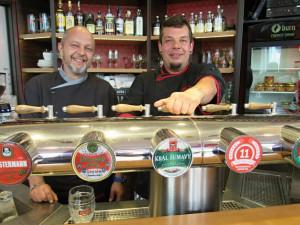 Českobudějovickou restauraci Družstevní dům vedou kamarádi Miroslav Beran (vlevo) a David Ondriš (vpravo).