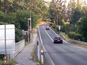 Na nový koberec silnice II/156 řidiči jedoucí z Českých Budějovic najedou několik metrů před koncem Starých Hodějovic.