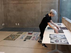 Při dnešní vernisáži výstavy obrazů Moniky Vojtové ve výstavní síni Karmášek se bude jedno její dílo dražit.
