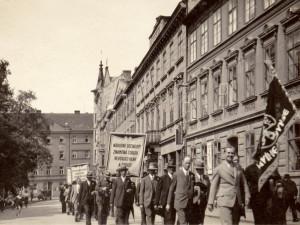 Průvod strany národně sociální Na sadech u Besedy před rokem 1932.