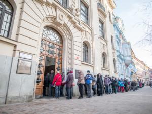 Před Českou národní bankou v Českých Budějovicích stály dlouhé fronty.