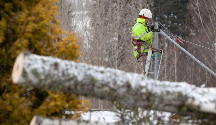 Na jihu Čech vítr vyvracel stromy, poškodil trať do Veselí nad  Lužnicí. Tisíce lidí zůstávají bez elektřiny