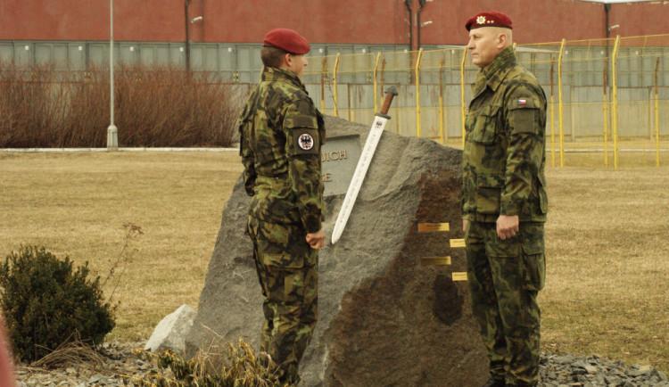 V táborských kasárnách vzpomínali na padlé vojáky, odhaleno bylo nové pietní místo