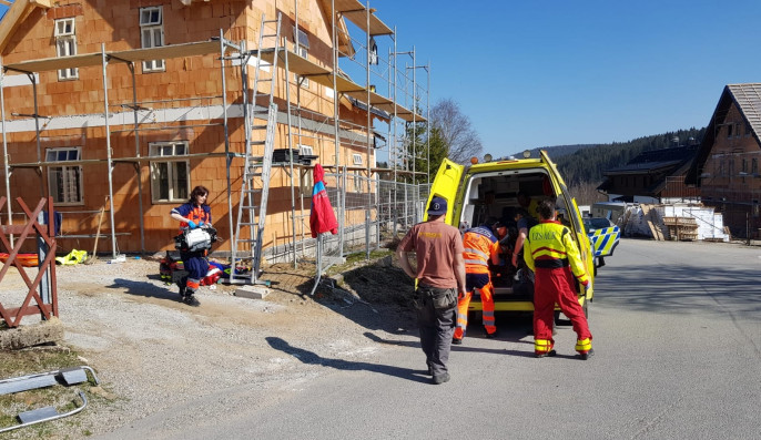 Muž při stavbě domu spadl z lešení. S těžkým zraněním byl letecky transportován do nemocnice v Budějcích