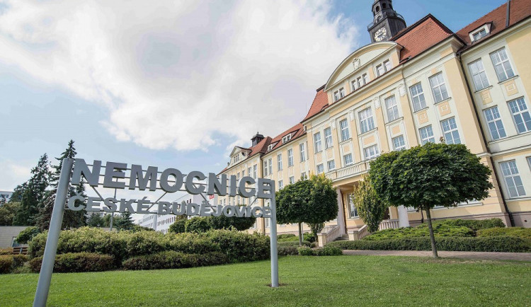Českobudějovické kardiocentrum voperovalo nejmenší defibrilátor
