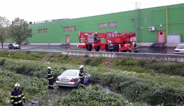Řidič ukončil svou jízdu ve stoce u Terna, hasiči vyprostili dvě osoby