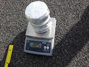 Celníci zastavili na dálnici D3 osobák, našli v něm skoro kilo a půl heroinu