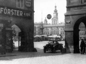 Průhled z Kanovnické od záložny na náměstí po roce 1929.