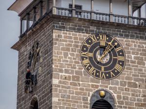 Hodiny na Černé věži po čtyřiceti letech září novotou. Speciální barvu vybírali památkáři