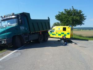 Na Jindřichohradecku se srazilo nákladní auto s motorkou. Silnice je uzavřená