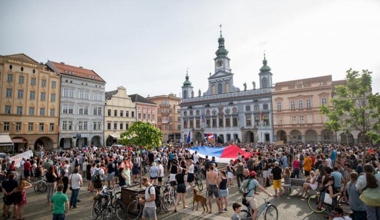 VIDEO: Budějcké náměstí znovu zaplnily stovky lidí. I tentokrát chtějí odchod Benešové a Babiše