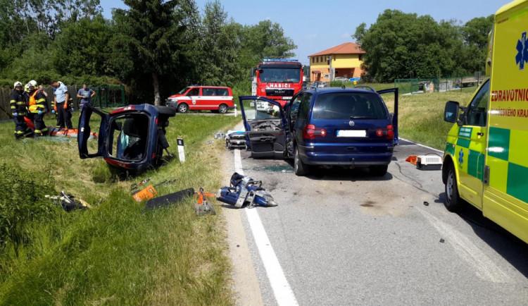 FOTO: Při vážné dopravní nehodě na Českobudějovicku se těžce zranili tři lidé. Na místě přistával vrtulník