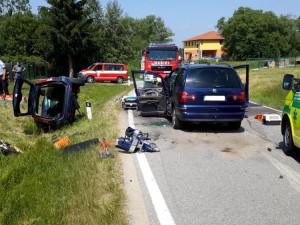 Při vážné dopravní nehodě na Českobudějovicku se těžce zranili tři lidé. Na místě přistával vrtulník