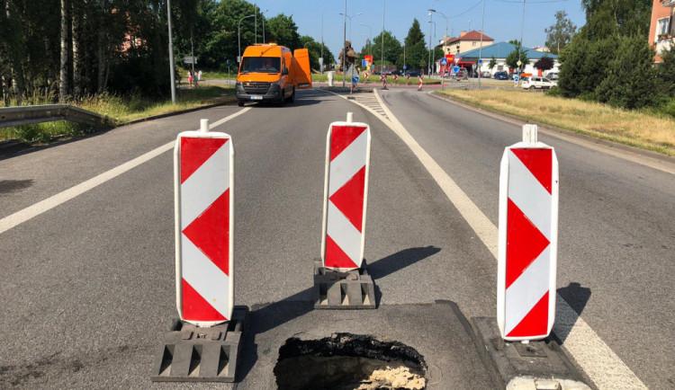 Hlavní tah na Jindřichův Hradec je uzavřen. Důvodem je propadlá silnice