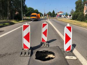 Hlavní silnice na Jindřichův Hradec je uzavřena. Důvodem je propadlá silnice