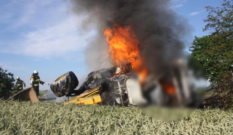 U Vodňan začal po nehodě hořet náklaďák. Řidič zůstal uvnitř