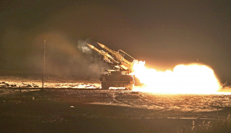Strakoničtí vojáci vedli na Baltu taktickou střelbu ve dne i v noci